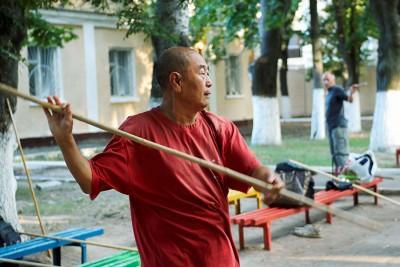 Му Юйчунь показывает таолу с шестом из арсенала багуачжан