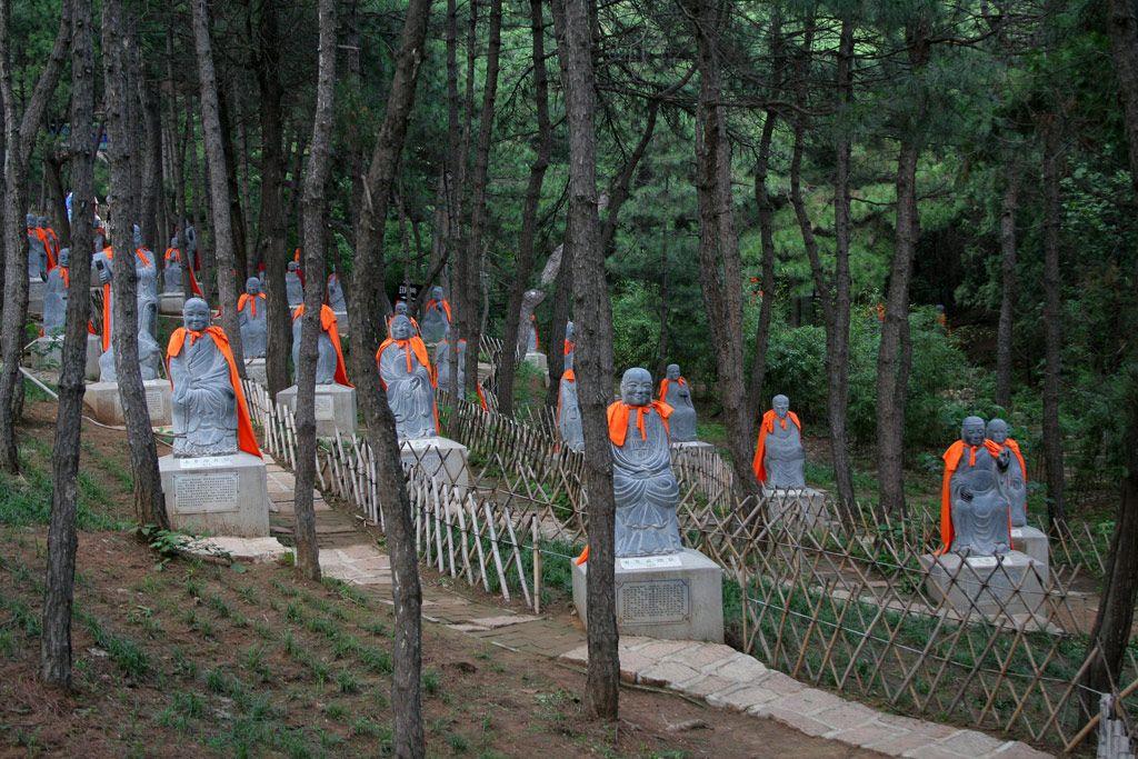 Каменные статуи в Монастыре Красных Улиток под Пекином