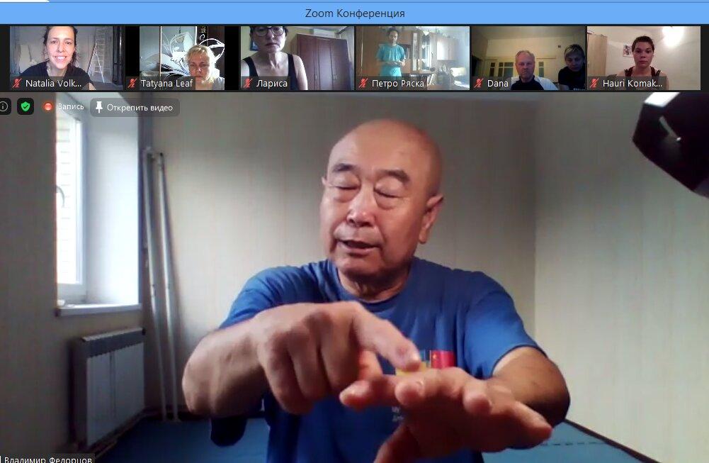Му Юйчунь показывает активные точки для самомассажа