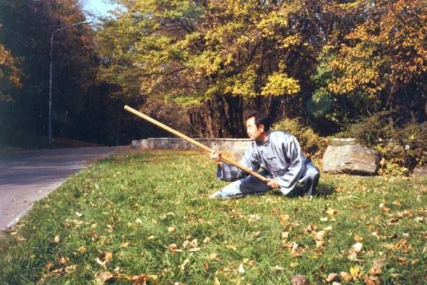 Му Юйчунь с гунем - традиционной палкой